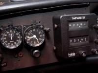 Mit-Stoppuhr-auf-Zeitreise-Vorbereiten-auf-eine-Oldtimer-Rallye_ArtikelQuer